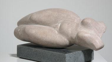 Marko Mertalan hiekkakiviveistos Naisfiguuri 3