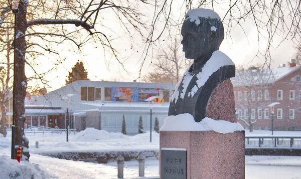 Kuva: Alfred Kordelin -patsas, Väinö Aaltonen, talvimaisema, vaakakuva