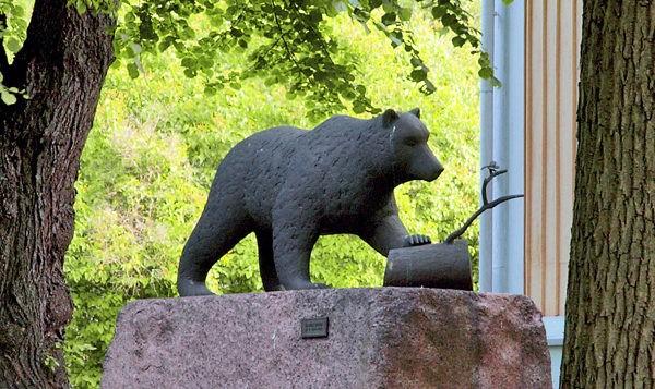 Mesikämmen ja havununna -patsas