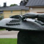 Kuva: Kauko Räike, Nyplääjäpatsas, 1976, yksityiskohtia.