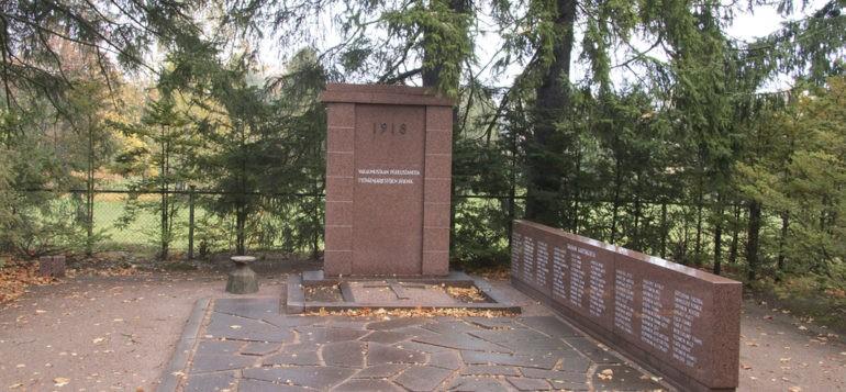 Kaarlo Reunasen Punaisten muistomerkki teos vuodelta 1944 Rauman vanha hautausmaa. Yleiskuvaa edestä päin.