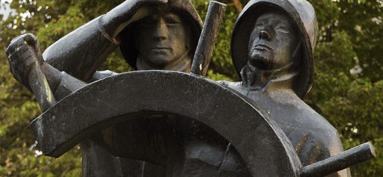 Kauko Räikkeen Tasala Vilkk ja Hakkri Iiro -patsas keskuspuistossa vuodesta 1960.