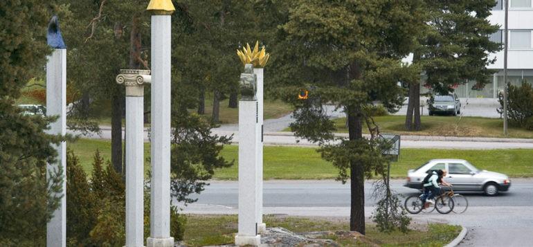 Kerttu Horilan Timantteja tähdenlentoja perinteitä -teos kuva areenan ovelta päin. Rauma areenan pihaveistos.