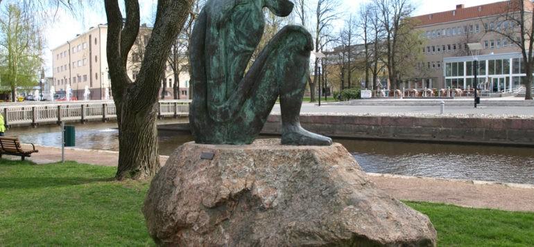 Kuva: Uneksija-patsas, Bjorn Norgaard, kuva kanalin suuntaan