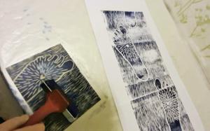Opiskelija Eva Marin vedostamassa grafiikkaa