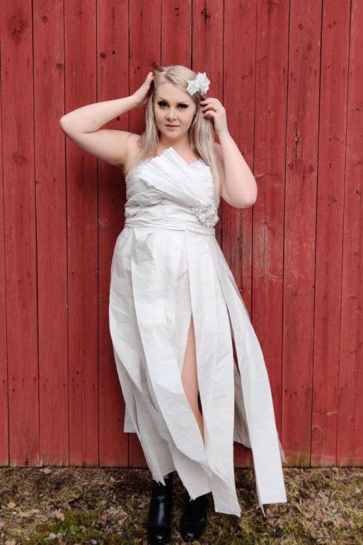 okl-opiskelija Katariina Halkosaaren vessapaperista tekemä mekko